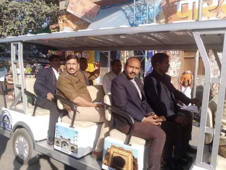 गोवर्धन परिक्रमा मार्ग में गोल्फ कार्ट में सवार राजभवन और पुलिस टीम राज्यपाल के दौरे को लेकर सुरक्षा-व्यवस्था का जाया लेते हुए। - Dainik Bhaskar