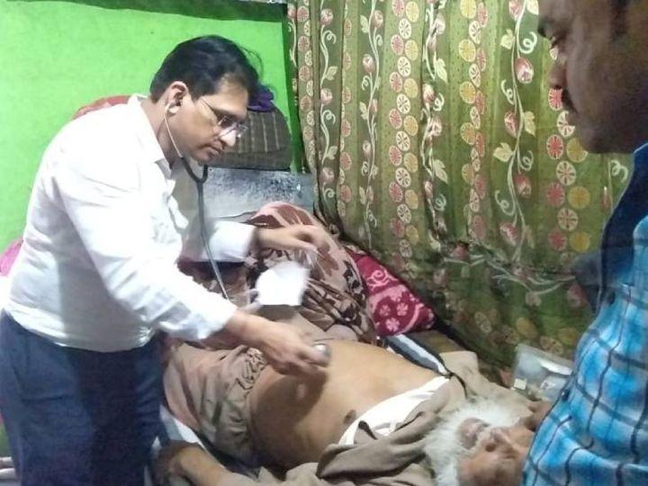 अयोध्या के रहने पद्मश्री मोहम्मद शरीफ के सेहत की जांच करता चिकित्सक। - Dainik Bhaskar