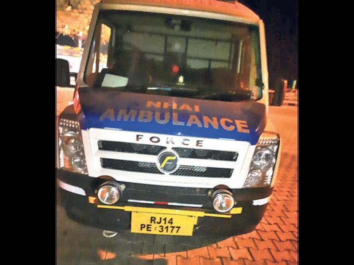 पुलिस का दावा- इसी एंबुलेंस पर पथराव हुआ। - Dainik Bhaskar