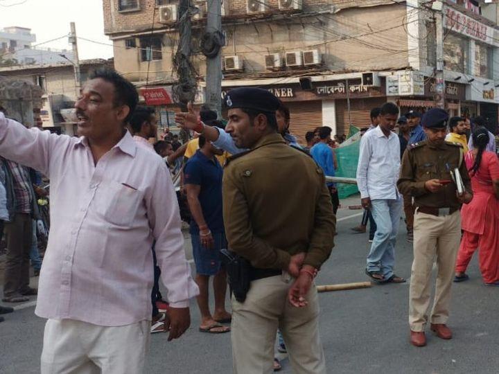 घटनास्थल के बाद मौके पर पहुंची पुलिस। - Dainik Bhaskar