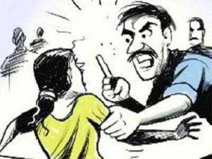 मामले में पुलिस आरोपी की तलाश कर रही है। इलाके के लोगों ने बताया कि वो इन गुंडों की वजह से तंग आ चुके हैं। सिंबॉलिक फोटो। - Dainik Bhaskar