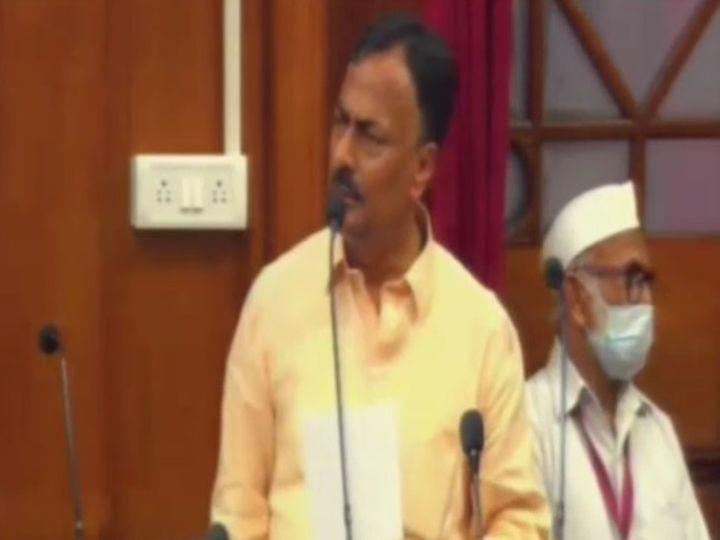 विधान परिषद् में बोलते कांग्रेस के प्रेमचंद मिश्रा। - Dainik Bhaskar