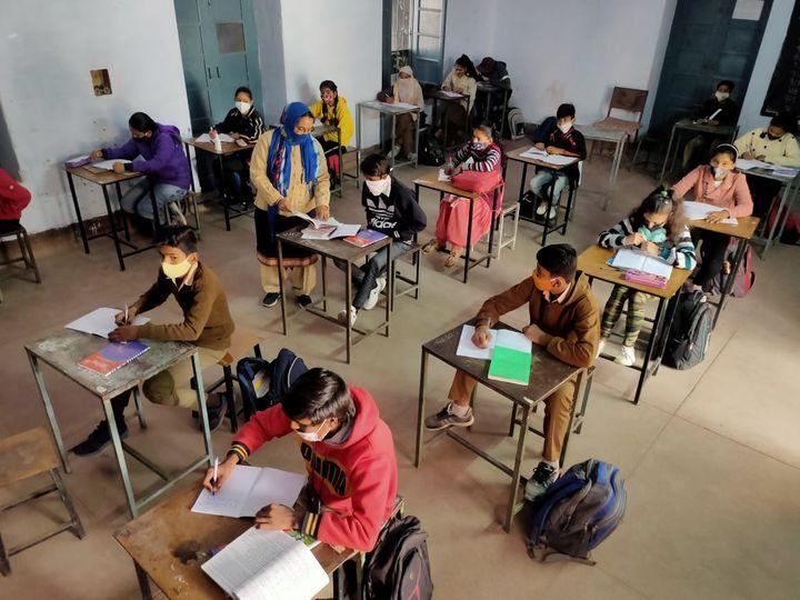 बच्चों के लिए एक खास वर्कशीट तैयार हो रही है, जो उसे याद दिलायेगी कि पिछली कक्षा में क्या पढ़ा था। - Dainik Bhaskar