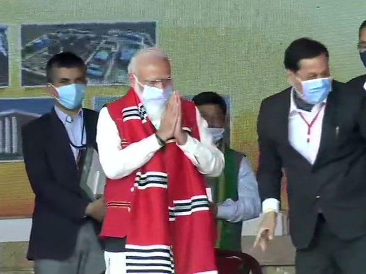 पश्चिम बंगाल से पहले असम में रैली करने पहुंचे प्रधानमंत्री नरेंद्र मोदी का स्वागत पारंपरिक शॉल पहनाकर किया गया। - Dainik Bhaskar