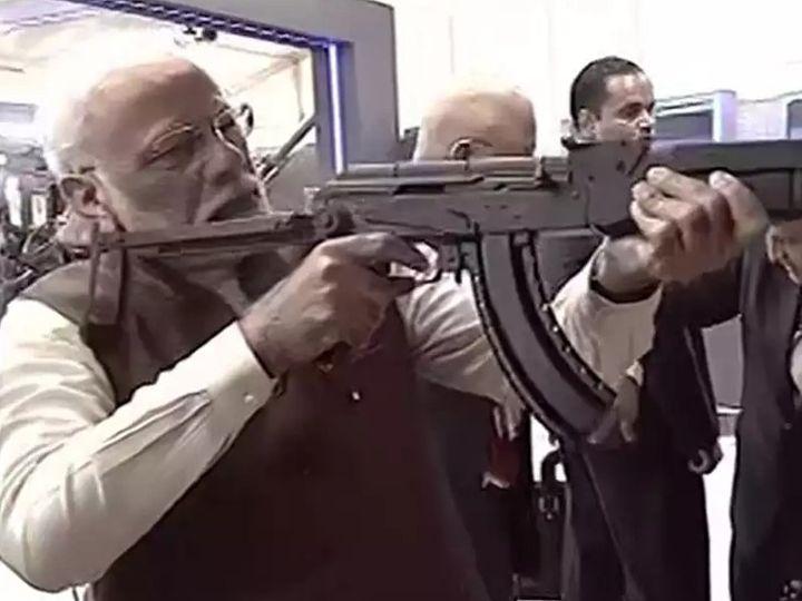 फोटो 5 फरवरी 2020 की है। लखनऊ में डिफेंस एक्सपो के दौरान प्रधानमंत्री ने राइफल्स के बारे में जानकारी ली थी। - Dainik Bhaskar