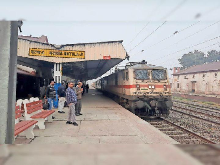 ट्रेन के बटाला रेलवे स्टेशन पर पहुंचने पर हाथ जोड़कर स्वागत करते यात्री।-भास्कर - Dainik Bhaskar