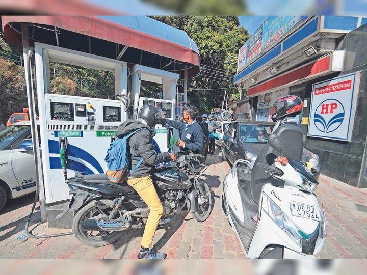 पेट्रोल पंप पर लोगों को नॉर्मल पेट्रोल के लिए जद्दोजहद करनी पड़ रही है। - Dainik Bhaskar