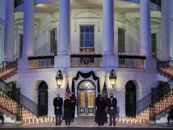 अमेरिका में मरने वालों का आंकड़ा आधिकारिक तौर पर पांच लाख हो गया है। मारे गए अमेरिकियों को व्हाइट हाउस में श्रद्धांजलि दी गई। इस दौरान मोमबत्तियां जलाई गईं। प्रेसिडेंट जो बाइडेन और पत्नी जिल मौजूद रहीं। वाइस प्रेसिडेंट कमला हैरिस और उनके पति डग एमहॉफ भी शामिल हुए। बाइडेन ने कहा- मैं उन लोगों का दर्द समझ सकता हूं जिन्होंने अपनों को खोया है। लेकिन जो गए हैं, वे हमारे दिलों में हमेशा जिंदा रहेंगे। - Dainik Bhaskar