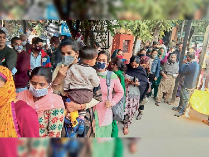 सिविल अस्पताल में सोशल डिस्टेंसिंग की उड़ाई जा रही धज्जियां। - Dainik Bhaskar