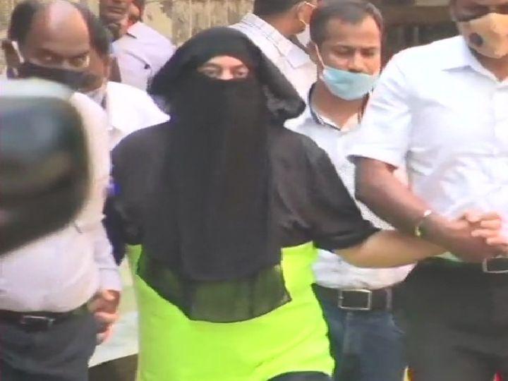 मुंबई की मकोका कोर्ट में पेशी के लिए जाता हुआ गैंगस्टर रवि पुजारी(हरे रंग की टी शर्ट में। - Dainik Bhaskar