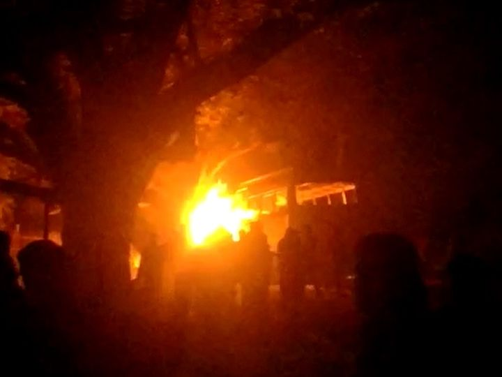 हादसे के बाद आक्रोशित लोगों ने बस में आग लगा दी। - Dainik Bhaskar