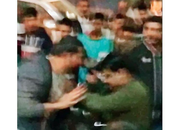 बहादुरगढ़ के मेन बाजार में अपराधियों को पकड़ते लोग। - Dainik Bhaskar