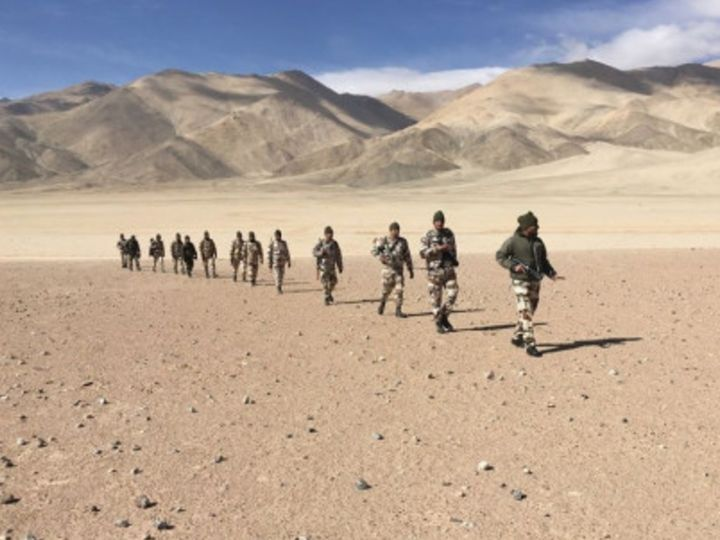 भारत-चीन के बीच बॉर्डर इलाकों की साफतौर पर पहचान नहीं है। ऐसा ही एक इलाका है पूर्वी लद्दाख का पैंगॉन्ग लेक एरिया। दोनों देशों की सेना यहां नावों से पेट्रोलिंग करती है। (फाइल फोटो) - Dainik Bhaskar