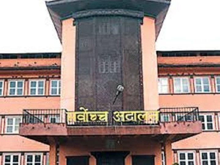 संसद भंग करने के फैसले के खिलाफ नेपाली सुप्रीम कोर्ट में अलग-अलग 12 पिटीशन फाइल हुई थीं। सुप्रीम कोर्ट की पांच जजों की संवैधानिक बेंच इस पर सुनवाई कर रही थी। - Dainik Bhaskar