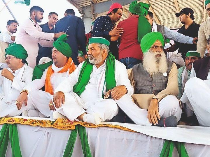 खरखौदा में किसान महापंचायत के मंच पर मौजूद संयुक्त मोर्चा के नेता। - Dainik Bhaskar