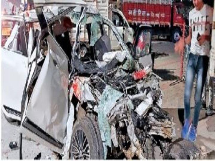 निरंजनपुर चौराहे से आगे सड़क किनारे खड़े डंपर में जा घुसी कार। - Dainik Bhaskar
