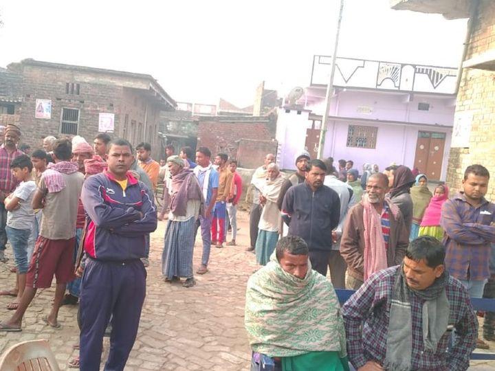 घटनास्थल पर स्थानीय लोगों की जुटी भीड़। - Dainik Bhaskar