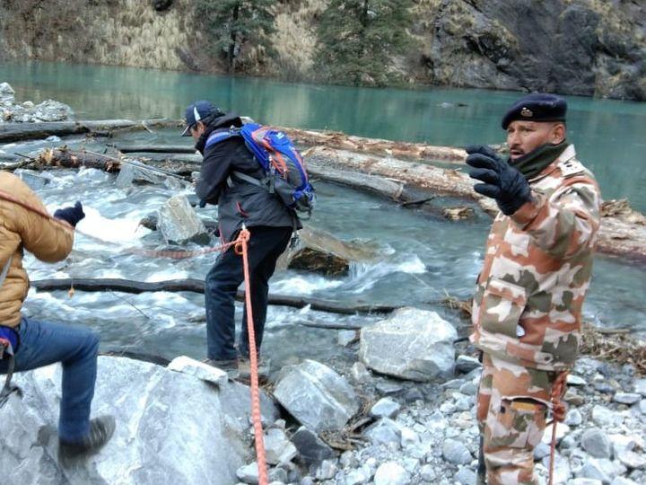 आर्टिफिशियल झील के बहाव को सही रखने के लिए झील के मुहाने को चौड़ा करते ITBP के जवान और SDRF की टीम। - Dainik Bhaskar