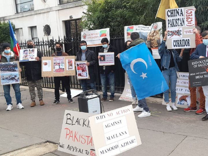 पेरिस में मंगलवार को FATF हेडक्वॉर्टर के सामने विरोध प्रदर्शन करते लोग। इन लोगों की मांग है कि पाकिस्तान को फौरन ब्लैक लिस्ट में शामिल किया जाए। - Dainik Bhaskar