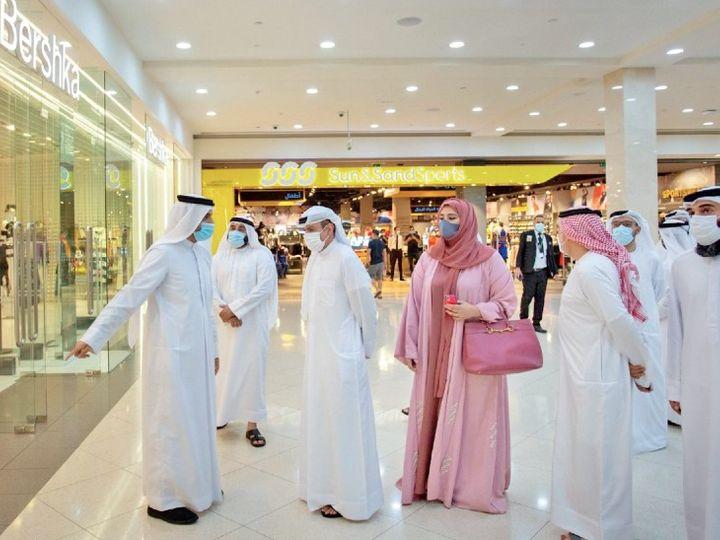 दुनिया के 2 बड़े इवेंट गल्फ फूड और डिफेंस एक्सपो दुबई और अबू धाबी में चल रहे हैं और बिलियन डॉलर के सौदे हो रहे हैं, लेकिन कोरोना की वापसी ने यहां सबकी चिंता बढ़ा दी है। इसे लेकर शॉपिंग माॅल में अधिकारियों ने निरीक्षण किया। - Dainik Bhaskar