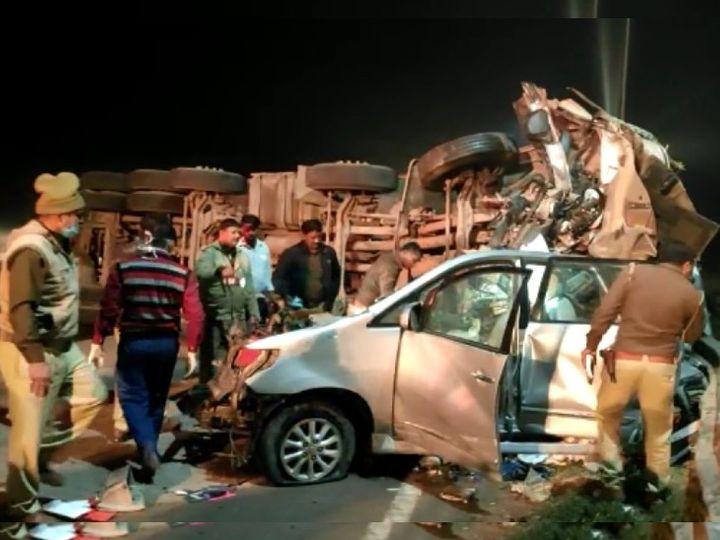 यमुना एक्सप्रेस-वे पर हादसे में इनोवा कार पूरी तरह चकनाचूर हो गई। बचाव दल और पुलिसकर्मियों को शव निकालने के लिए काफी मशक्कत करनी पड़ी। - Dainik Bhaskar