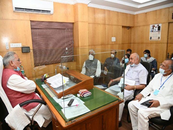 बैठक में स्वास्थ्य मंत्री टीएस सिंहदेव, गृहमंत्री ताम्रध्वज साहू और कृषि मंत्री रविन्द्र चौबे के अलावा अफसरों में सुब्रत साहू, रेणु जी. पिल्ले, डॉ. प्रियंका शुक्ला, नीरज बंसोड और सौम्या चौरसिया मौजूद थीं। - Dainik Bhaskar