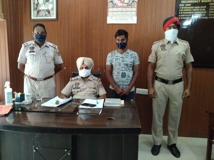 आरोपी के पकड़े जाने के बारे में जानकारी देते SHO कंवरजीत सिंह बल्ल। - Dainik Bhaskar