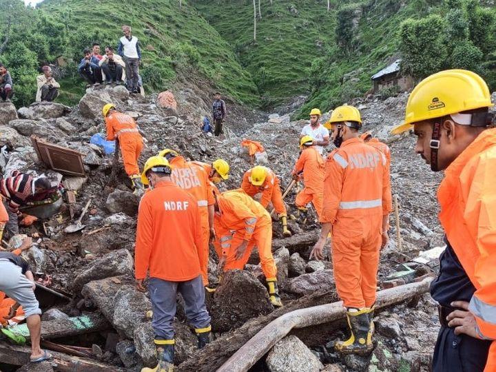 हिमाचल की बोह घाटी में बारिश और बाढ़ के चलते लैंडस्लाइड हो गया है। राहत कार्य जारी है। - Dainik Bhaskar