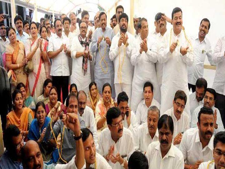 टाळ-भजनाचे आंदोलन करताना काँग्रेस-राष्ट्रवादीचे आमदार... - Divya Marathi
