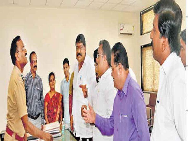 इंदिरानगर बाेगद्याप्रश्नी पाेलिस अायुक्त एस. जगन्नाथन यांच्याशी चर्चा करताना महापौर अशोक मुर्तडक. समवेत मनसेचे नगरसेवक. - Divya Marathi