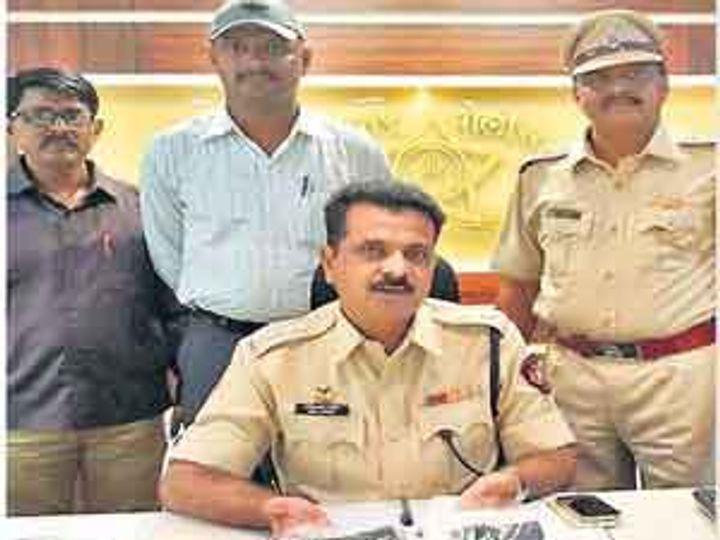 जप्त केलेले कट्टे दाखवताना पोलिस अधीक्षक नवीनचंद्र रेड्डी. - Divya Marathi