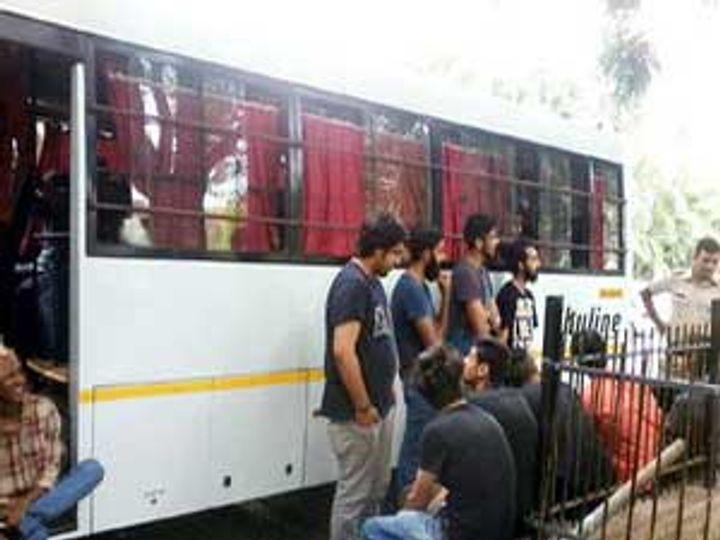 ताब्यात घेतलेल्या सर्व मुला-मुलींना खासगी बसमधून यशवंतराव चव्हाण रुग्णालयात मेडीकलकरीता नेण्यात आले. - Divya Marathi
