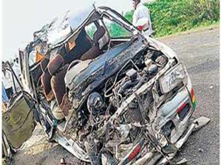 लोणीजवळ झालेल्या अपघातात चक्काचूर झालेली तवेरा कार. - Divya Marathi