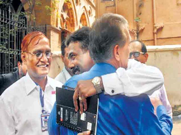 एटीएसचे तत्कालीन प्रमुख के. पी. रघुवंशी (निळा शर्ट) यांनी शुक्रवारी न्यायालय परिसरात अापल्या सहकाऱ्यांना शाबासकी देत या यशाचा अानंद साजरा केला. छाया : महेश टिकले - Divya Marathi