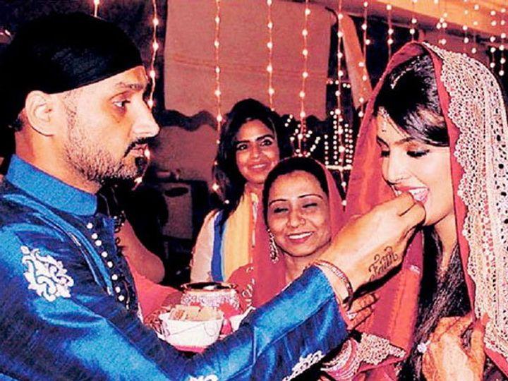 हरभजन सिंग आपली पत्नी गीता बसरा सोबत. हा फोटो गेल्या वर्षीच्या करवा चौथचा आहे. - Divya Marathi