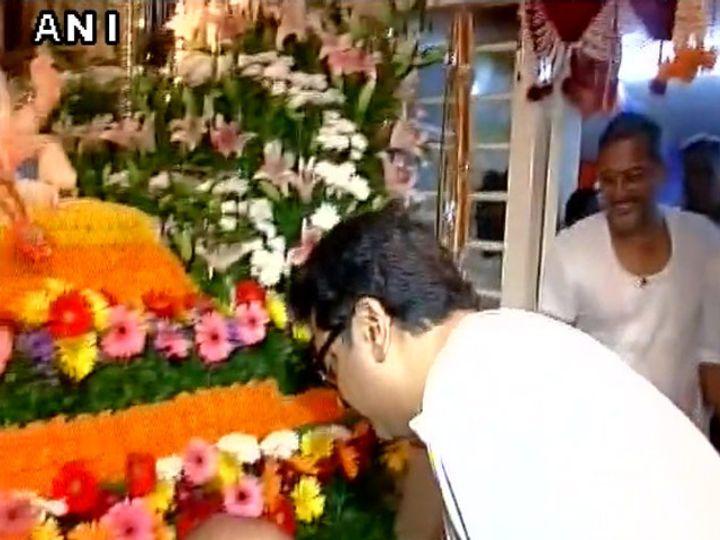 राज ठाकरे यांनी नानांच्या बाप्पाचे असे मनोभावे दर्शन घेतले. - Divya Marathi