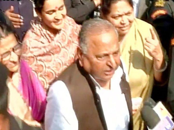 मुलायम सिंह यांनी सपाचा एकहाती सत्ता मिळण्याचा दावा केला आहे. यादव कुटुंबाने रविवारी सैफईमध्ये मतदान केले. - Divya Marathi