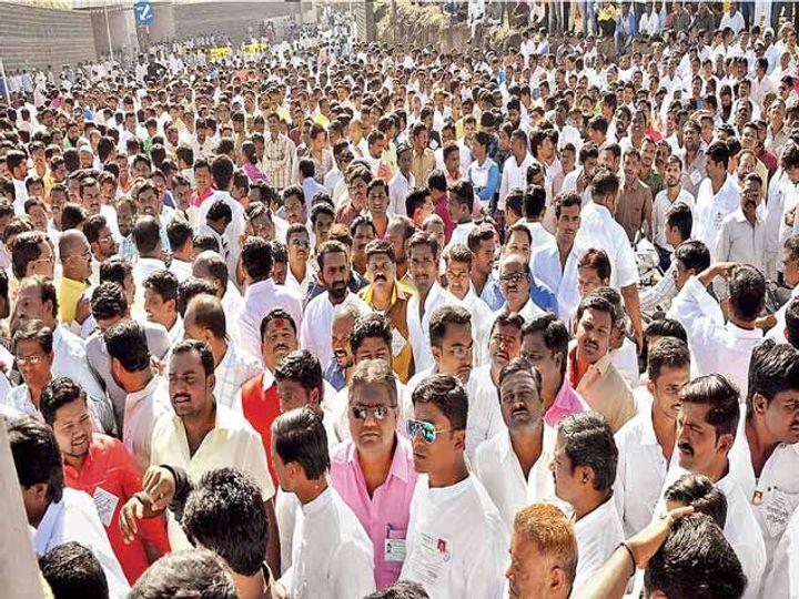 रामवाडी गोदामाकडे जाणाऱ्या रस्त्यावर निकाल ऐकण्यासाठी उमेदवार, कार्यकर्ते नागरिकांनी तुडूंब गर्दी केली होती. - Divya Marathi