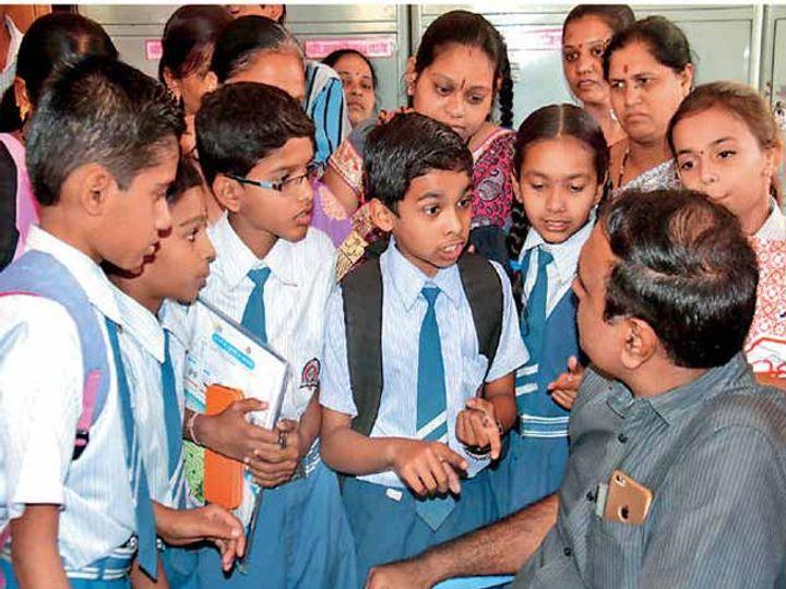 शिष्यवृत्ती परीक्षेतील गाेंधळाबाबत शिक्षणाधिकारी प्रवीण अहिरे यांना घेराव घालत पुन्हा परीक्षा घेण्याची मागणी करताना परीक्षार्थी. - Divya Marathi