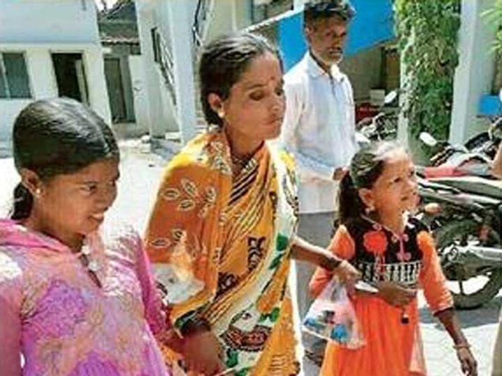 चार दिवसांनंतर घरी सुखरूप पोहोचलेल्या वैष्णवी आणि शीतलला घेऊन त्यांची आई पोलिस ठाण्यात हजर झाली. - Divya Marathi