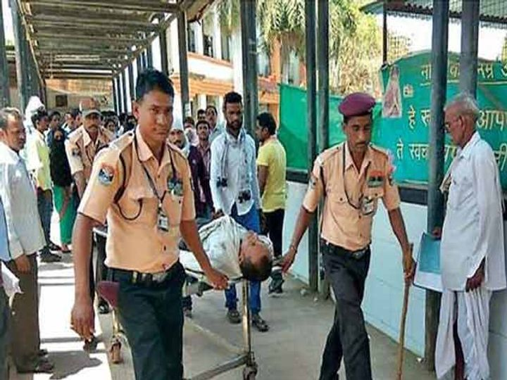 जिल्हाधिकारी कक्षाच्या बाहेरील प्रतिक्षालयात एका शेतकरी कुटुंबीतील तिघांनी विष प्राशन करून आत्महत्येचा प्रयत्न केला. जिल्हा रुग्णालयातील सुरक्षारक्षक रुग्णाला रुग्णालयात घेऊन जाताना. - Divya Marathi