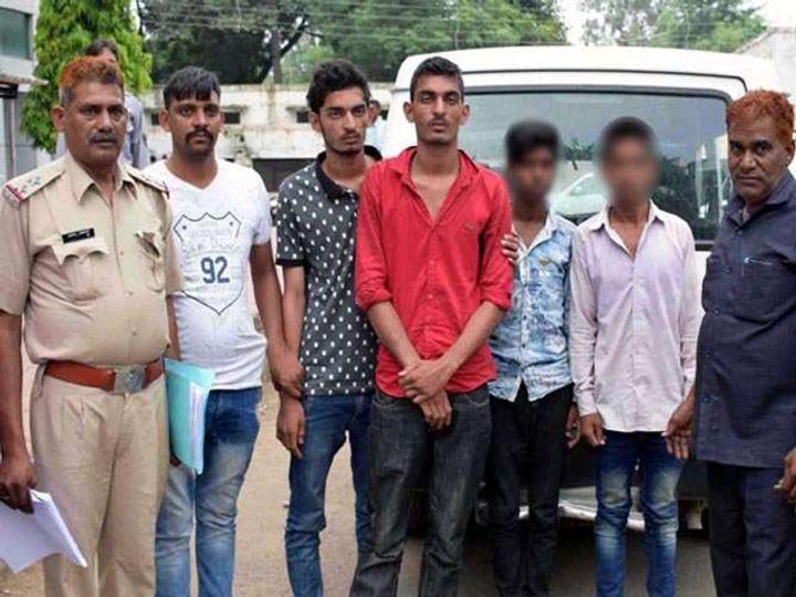 ड्रायव्हरच्या खुनात चौघांना अटक झाली. यातील दोन जुळे भाऊ आहेत. - Divya Marathi