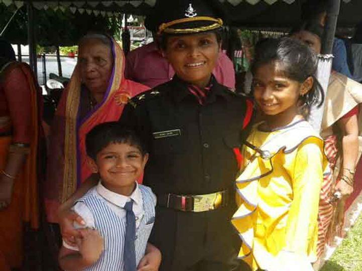 लेफ्टनंट पदावर रूजू होताच स्वाती आपल्या दोन्ही मुले कार्तिकी आणि स्वराजसोबत.... - Divya Marathi