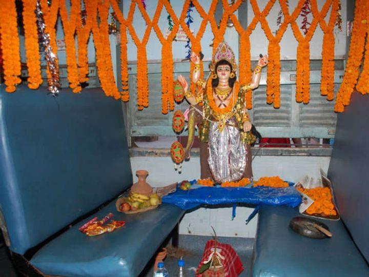 दरवर्षी कोल्डफिल्ड एक्सप्रेसमध्ये भगवान विश्वकर्माची पूजा करण्यात येते. - Divya Marathi
