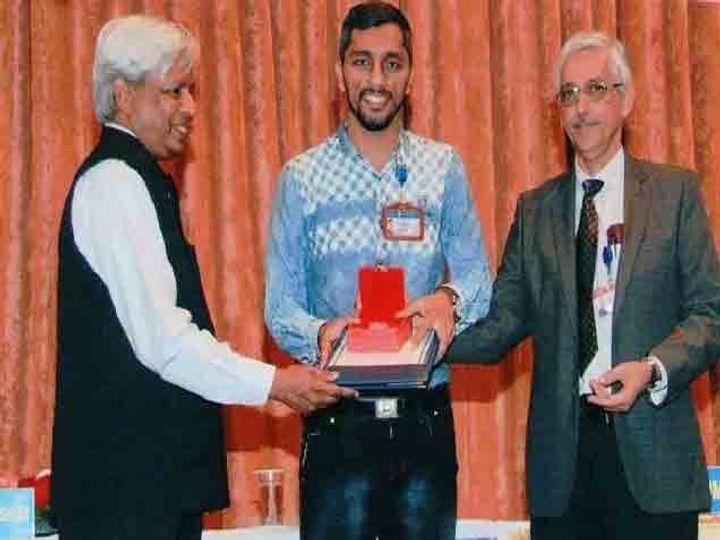 भाभा अॅटोमिक रिसर्च सेंटरचे डायरेक्टर कमलेश नीलकंठ व्यास आणि कृष्णस्वामी विजय राघवन यांच्या हस्ते मयूरला सुवर्णपदक प्रदान करण्यात आले. - Divya Marathi