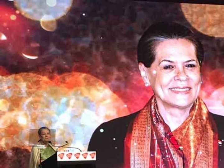 इंडिया टुडे कॉनक्लेव्ह 2018 मध्ये सहभागी झालेल्या सोनिया गांधी.... - Divya Marathi
