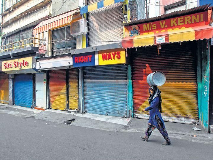 काश्मीरमध्ये तणावपूर्ण शांतता असतानाच काही लोक आवश्यक साहित्य आणण्यासाठी बाहेर पडले होते. - Divya Marathi
