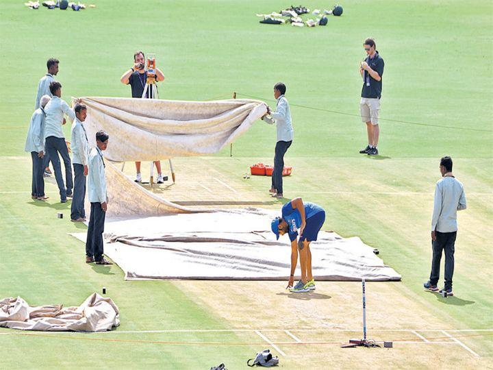 बुधवारी खेळपट्टीची पाहणी करताना भारतीय कर्णधार रोहित शर्मा. - Divya Marathi