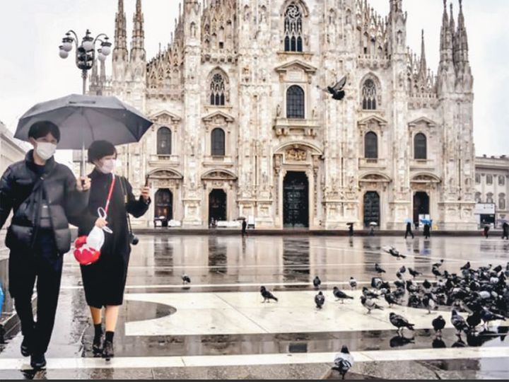 छायाचित्र मिलानच्या पियाजा डेल डुआेमोचे आहे. येथे ९० लाख पर्यटक नेहमी भेट देत असत. - Divya Marathi