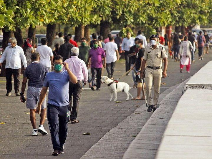 लॉकडाउनमध्ये सुट मिळाल्यानंतर शेकडो लोक मुंबईच्या मरीन ड्राईव्हवर मॉर्निंग वॉकसाठी आले होते. - Divya Marathi